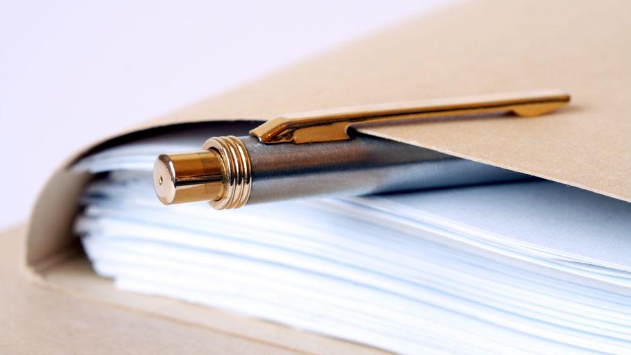 Dossier de papiers et stylo