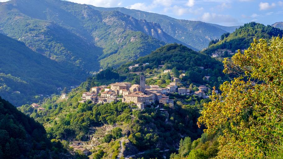 Vue sur le village de Vallées-d'Antraigues-Asperjoc