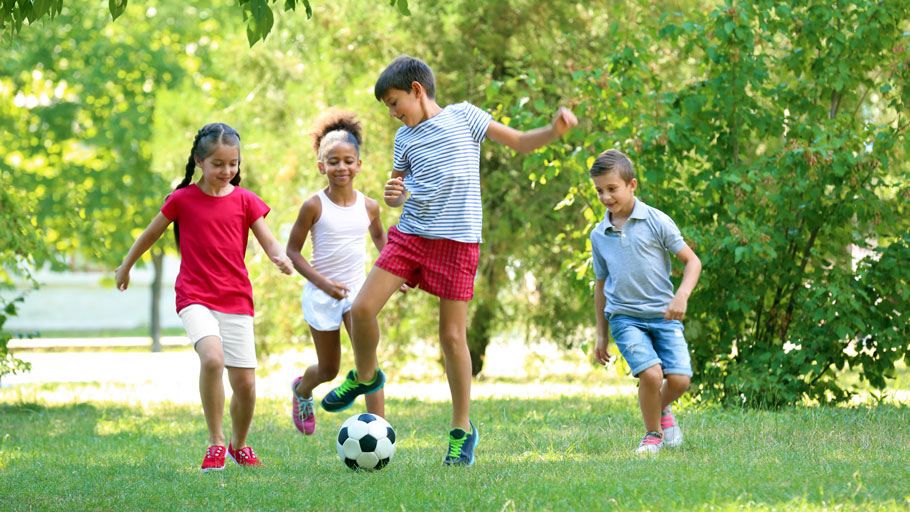 Enfants qui jouent au football
