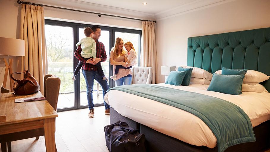 Une famille avec enfants dans une chambre d'hotel
