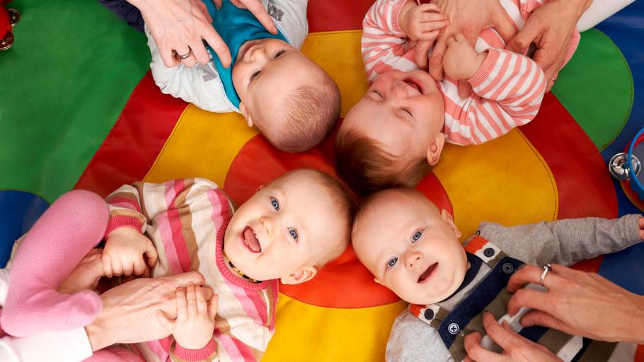 Jeunes enfants en train de rire