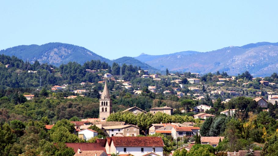 Vue sur le village de Saint-Etienne-de-Fontbellon